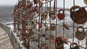 Abitudine russa di nozze per appendere i lucchetti sul ponte stock footage