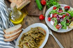 Abitudini alimentari sane, olio d'oliva con il pasto del fagiolo ed insalata e immagini stock