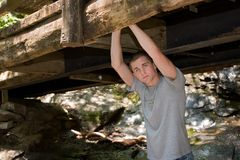 Abiturient-Portrait unter Brücke Stockfotos
