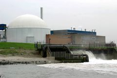 Abkühlen eines Atomkraftwerks stockfoto