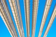 Abkühlende Kühler-oder Dampf-Rohrleitung und Isolierung der Herstellung im Öl und in Gas industriell, petrochemische Wasserleitun stockbild