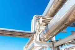 Abkühlende Kühler-oder Dampf-Rohrleitung und Isolierung der Herstellung im Öl und in Gas industriell, petrochemische Wasserleitun lizenzfreies stockfoto