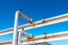 Abkühlende Kühler-oder Dampf-Rohrleitung und Isolierung der Herstellung im Öl und in Gas industriell, petrochemische Wasserleitun stockbilder
