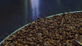 Abkühlende Kaffeebohnen nach der Röstung Bratmaschine, Nahaufnahme, Zeitlupe stock video footage