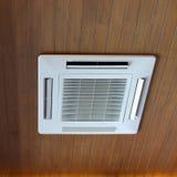 Abkühlende Kassettenart elektrische Ausrüstung der Klimaanlage auf Holz Stockfotografie