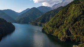 abkhazia jeziora krajobrazu malowniczy ritsa Abkhazia Gruzja Tylni widok jezioro fotografia stock