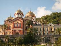Abkhazian kloster med guld- kupoler Arkivfoton