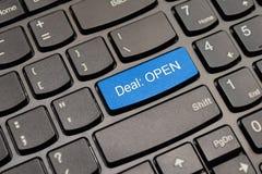 Abkommen-Tastaturknopf des Blaus offener Lizenzfreie Stockfotos
