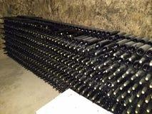 Ablagerung von Flaschen von einem Weinkeller lizenzfreies stockbild