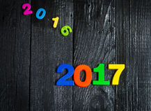 Ablaufen 2016 Neues Jahr 2017, bunte Zahlen auf dem hölzernen Hintergrund Stockfotos