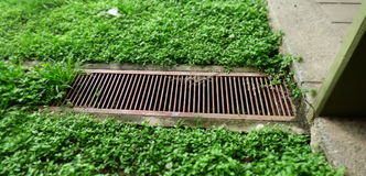 Ablaufloch umgeben durch Gras Lizenzfreies Stockbild