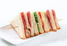 Ablegrująca salami kanapka Zdjęcie Royalty Free