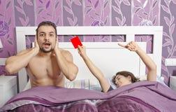 Ablehnungen im Bett Stockfotos