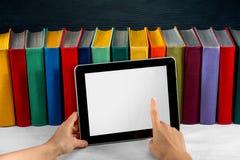 Ablesen auf der Tablette lizenzfreie stockfotos
