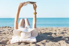 Ablesen auf Strand Lizenzfreie Stockfotos