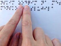 Ablesen der Blindenschrift-Platte Stockbilder