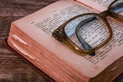 Ablesen des alten Russisch-deutschen Wörterbuches Lizenzfreie Stockbilder