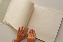 Ablesen des Buches Blindenschrift Lizenzfreie Stockfotos