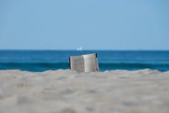 Ablesen im Strand Lizenzfreie Stockfotos