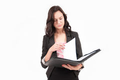 Ablesen junger Brunette-der europäischen Geschäftsfrau Stockfotos