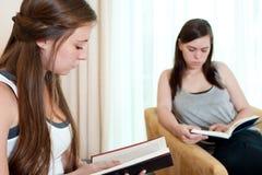 Ablesen mit zwei Mädchen Stockfoto