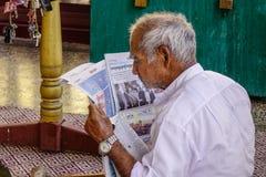 Ablesennachrichten des alten Mannes auf dem Morgen lizenzfreie stockfotos