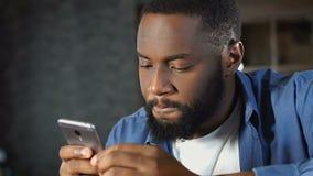 Ablesenprofile des hübschen afroen-amerikanisch Mannes auf der Datierung von Website, Online-Service stock footage