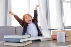 Ablesenstudie der asiatisches Kinderfaulen Aktion und des glücklichen Endes stockfoto