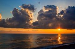 Abnahme der Wolke über ruhigem Meer stockfoto