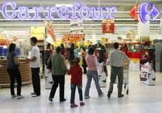 Abnehmer, die den Carrefoursupermarkt betreten lizenzfreie stockbilder