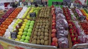 Abnehmer, die für Lebensmittelgeschäfte am Supermarkt kaufen stock video footage