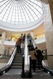 Abnehmer, die im Mall kaufen Lizenzfreie Stockbilder