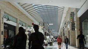 Abnehmer, die im Mall kaufen stock video footage