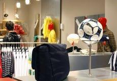Abnehmer, die im Mall - Pumaspeicherinnenraum kaufen stockfotos