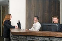 Abnehmer an einem Service-Schreibtisch Lizenzfreies Stockbild