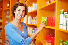 Abnehmer am Regal im Drugstore lizenzfreies stockbild