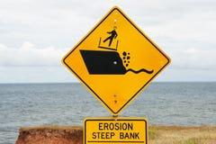 Abnutzung Cliff Road Sign lizenzfreie stockbilder
