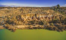 Abnutzung von Sandsteinklippen über Murray River lizenzfreie stockfotos