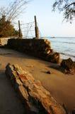 Abnutzung, Welle zerstören Uferdamm, Effekt des Klimawandels stockbild