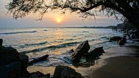 Abnutzung, Welle zerstören Uferdamm, Effekt des Klimawandels lizenzfreie stockbilder