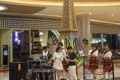 Abnutzungs-Schottland-Kleidungsanzeigenteam im SHENZHEN Tai Koo Shing Commercial Center Stockfotografie
