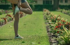 Abnutzungsschuhe der jungen Frau während des Nehmens ein Foto lizenzfreies stockbild