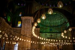 Abobade e luzes de suspensão dentro da mesquita do alabastro no Cairo imagem de stock royalty free