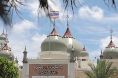Abobade o céu e nuvens islâmicos bonitos do projeto da arte de pattani da mesquita de Masjid Imagens de Stock Royalty Free