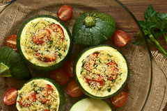 Abobrinha cozido enchido com cuscuz e tomate fotos de stock royalty free