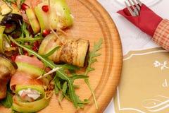 Abobrinha grelhado com tomate, rúcula, bacon e mozzarella fotografia de stock royalty free