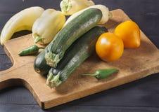 Abobrinha Legumes frescos em uma placa de madeira Alimento do vegetariano foto de stock royalty free