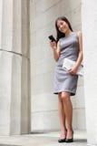 Abogado app de lectura de la mujer de negocios en smartphone Fotografía de archivo libre de regalías