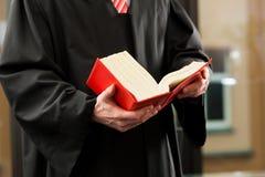 Abogado con código del derecho civil imagen de archivo libre de regalías