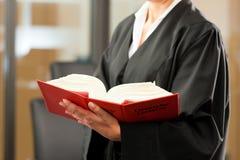 Abogado de sexo femenino con código civil alemán foto de archivo libre de regalías